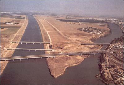 La corta de la Cartuja, a la izquierda, generó la isla de la Cartuja, que aparece en la imagen durante las obras preparatorias de la Expo 92