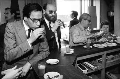 Juan Guerra tomando un cafelito junto a su hermano Alfonso